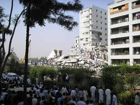目击:华人拍下地震现场 人群惊慌交通拥挤(图)