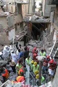 强烈地震导致楼房倒塌 救援现场(图)