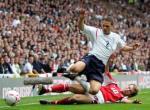 图文:世界杯英格兰-奥地利 卢克-扬被对手铲倒