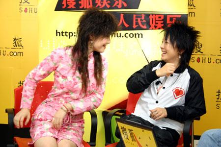 """网络超女PK黄雅莉 """"荔枝""""聊天现场失声痛哭"""