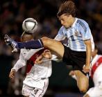 图文:阿根廷主场2-0战胜秘鲁 克雷斯波飞身一脚