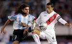 图文:阿根廷2-0胜秘鲁 索林在比赛中拼抢