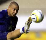 图文:巴西备战世界杯预选赛 罗纳尔多奋力停球