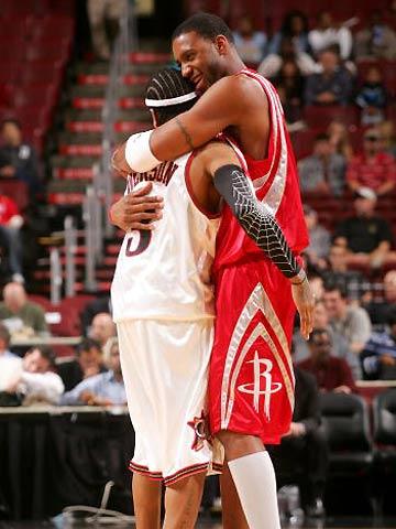 图文:NBA季前赛火箭VS76人 麦帝和小艾友好拥抱