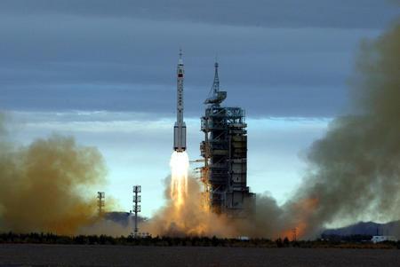 图文:神舟六号在酒泉卫星发射中心发射成功