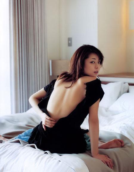 日本性感美女吉岗美穗推出激情写真集组图