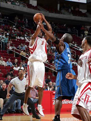 图文:NBA季前赛火箭VS魔术 安德森急停跳头