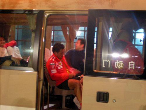 图文:法拉利内部足球赛 赛后坐车离去