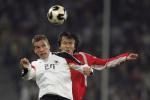 图文:热身赛中国VS德国 杜威与对手争抢头球