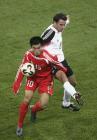 图文:友谊赛中国VS德国 郑智在场上表现抢眼