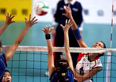 十运会女子排球赛 上海队员比赛中扣球