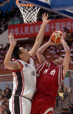 图文:十运男篮小组赛开赛