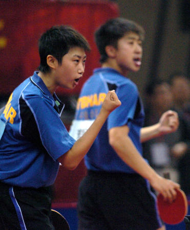 图文:十运乒乓球v图文徐辉/郭跃挥拳庆贺春风摩托车125图片