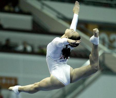 图文:十运会体操比赛 张楠在女子平衡木决赛中