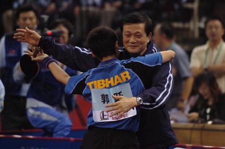 排球:十运乒乓球郭跃与教练相拥庆贺(3)-搜狐图文班宣传单图片