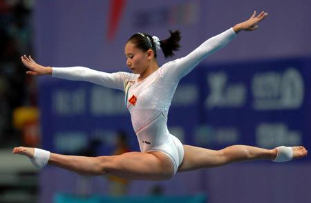 图文:十运会体操 张楠在女子平衡木决赛中