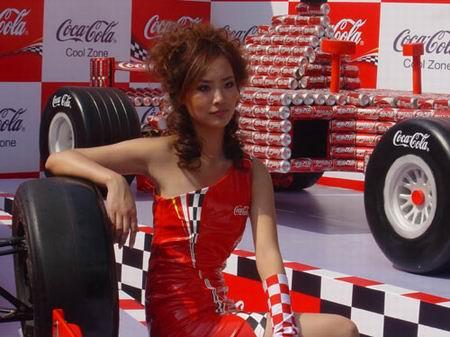 """图文:F1中国站宝贝展风采 场外的""""红衣主教"""""""