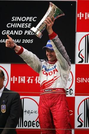 图文:05赛季F1比赛在上海落幕 小舒站在领奖台上