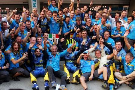 图文:05赛季F1比赛在上海落幕 雷诺员工合影