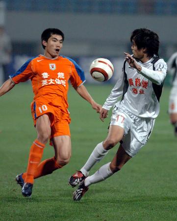 图文:武汉挺进中超杯决赛 郑智在比赛中拼抢