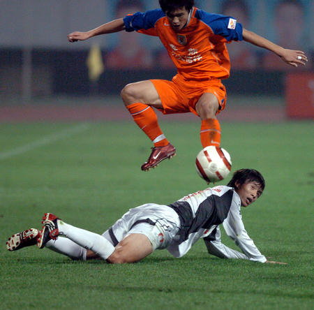 图文:武汉挺进中超杯决赛 矫哲带球突破