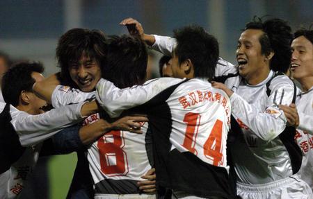 图文:武汉挺进中超杯决赛 庆祝胜利