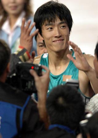 图文:十运110米栏刘翔夺冠