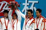 图文:十运会游泳 广东队选手在颁奖仪式上