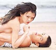 陈冠希遭赤裸女模胸压