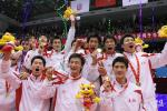 图文:上海男排夺冠 上海男排队员在颁奖仪式上