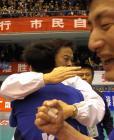 图文:上海男排夺冠 沈富麟拥抱队员庆祝
