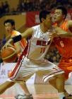 图文:十运会篮球 李楠(左)正在突破