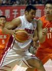图文:十运会篮球 刘玉栋在比赛中带球突破