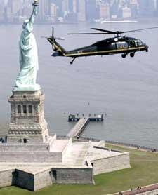 一架直升机盘旋在纽约港的自由女神上空,执行保卫任务