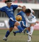 图文:十运会女子足球 双方队员场上拼抢