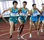 图文:刘翔客串4x100米接力决赛 在比赛中接棒