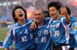 图文:大连实德提前两轮夺冠 杨科与队友庆祝