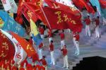 图文:十运会隆重闭幕 旗手们在闭幕式上挥旗