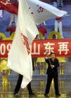 图文:十运会隆重闭幕 韩寓群挥舞旗帜