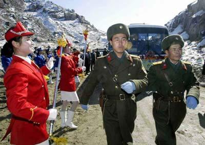 國際要聞 時事快報      2月14日,兩名朝鮮軍人從一隊韓國旅游車隊前圖片