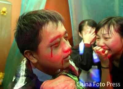 万圣节青岛一俱乐部员工扮鬼怪 吓哭三女孩(图)