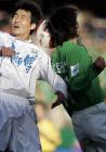 图文:天津胜北京 双方队员在比赛中争顶头球