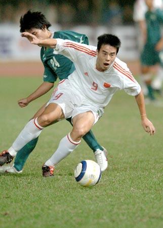 图文:东亚运国足10-0中国澳门 中国队员突破