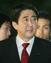 日本首相小泉再次改组内阁 安倍晋三任官房长官