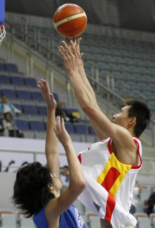图文:中国男篮险胜中国台北