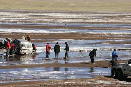 车陷在冰河里