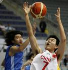 图文:中国男篮险胜中国台北 王仕鹏争抢篮板