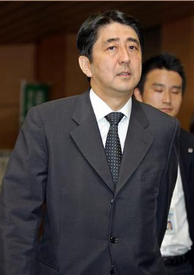 小泉新内阁八之最:引人瞩目官房长官安倍晋三