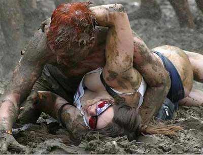 斯洛文尼亚举行全身赤裸女子泥地摔跤比赛图