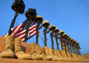 15名遇难美军士兵的武器装备被排列成一行